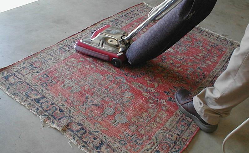 odkurzanie dywanów spród